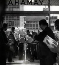 渋谷店開店時のテープカットの儀 (渋谷店所蔵アルバムより)