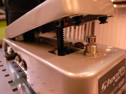 ワウペダルと同じこのスイッチも、MIDIスイッチとして使用できます。本体はかなり頑丈な作り。